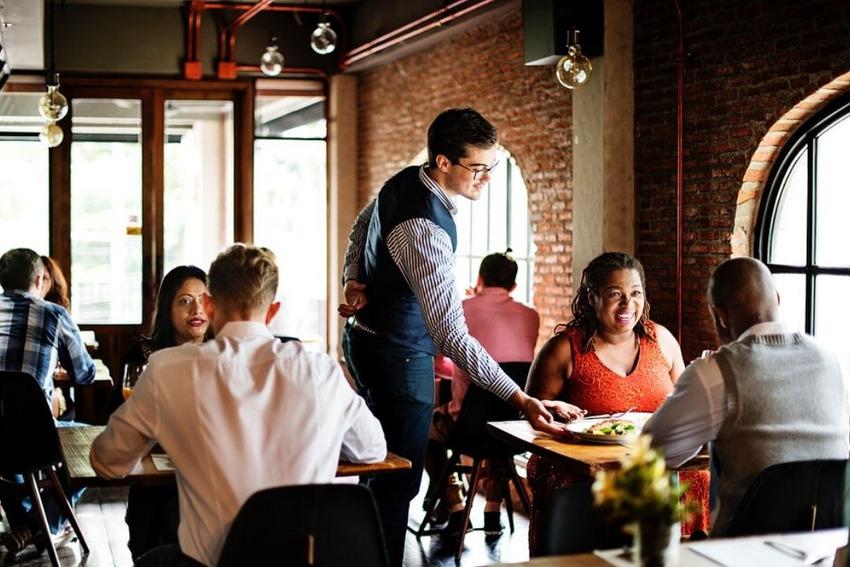 Giao tiếp tốt sẽ giúp bạn ghi điểm với khách hàng