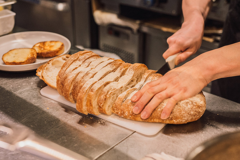 Nhân viên nhà hàng cần tuân theo mọi quy chuẩn về an toàn thực phẩm để đảm bảo sức khỏe cho thực khách