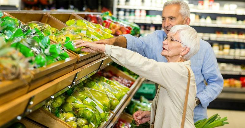 Nhóm khách hàng trên 70 tuổi là đối tượng được ưu tiên trong chính sách mua hàng trực tuyến của nhiều nhà bán lẻ tại Anh, theo tin tức R&D