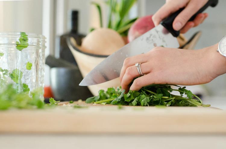 Lối sống lành mạnh hơn với nấu ăn tại nhà cùng thực phẩm tốt cho sức khỏe là một trong những tác động tích cực từ đợt cách ly xã hội vừa qua.